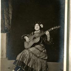 Gitana tocando la guitarra